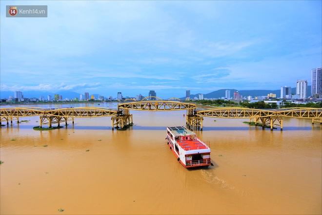 Người Đà Nẵng thích thú lần đầu chứng kiến cây cầu lịch sử nâng nhịp cho tàu thuyền qua lại - Ảnh 10.