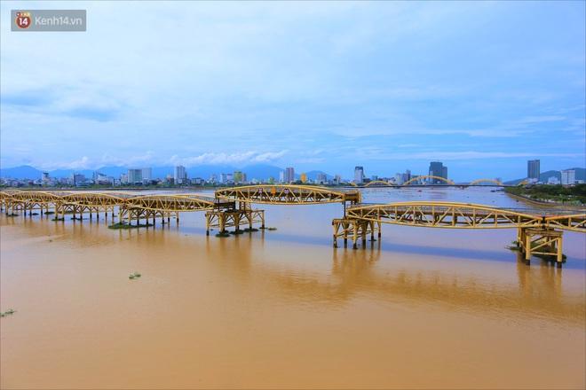 Người Đà Nẵng thích thú lần đầu chứng kiến cây cầu lịch sử nâng nhịp cho tàu thuyền qua lại - Ảnh 3.