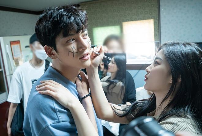 Nhất quỷ nhì ma, thứ ba là diễn viên ở hậu trường phim Hàn: Từ chúa diễn nhây đến thánh tấu hài đều tụ đủ - Ảnh 25.
