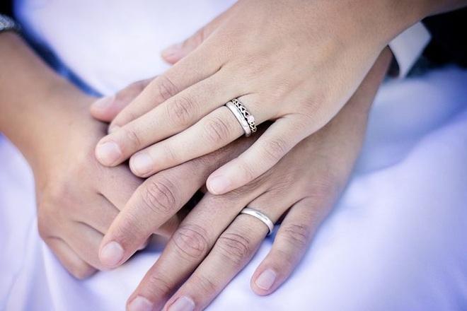 Đeo nhẫn cưới tay trái hay tay phải mới đúng? Hóa ra có những ý nghĩa bất ngờ đằng sau mà chúng ta ít khi để ý đến - Ảnh 3.
