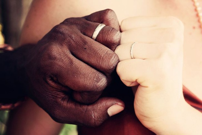Đeo nhẫn cưới tay trái hay tay phải mới đúng? Hóa ra có những ý nghĩa bất ngờ đằng sau mà chúng ta ít khi để ý đến - Ảnh 2.