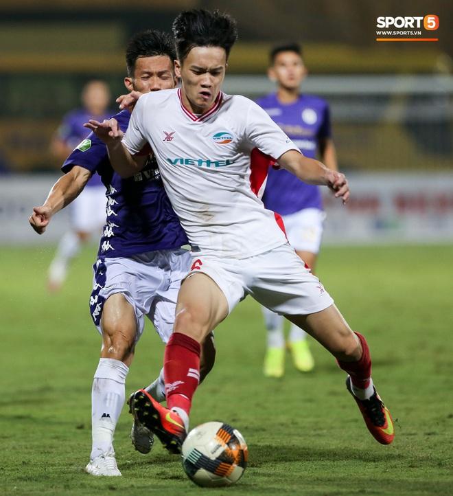 Quang Hải bẻ lái đột ngột khi ăn mừng bàn thắng khiến đồng đội ngã dúi dụi hài hước - Ảnh 7.