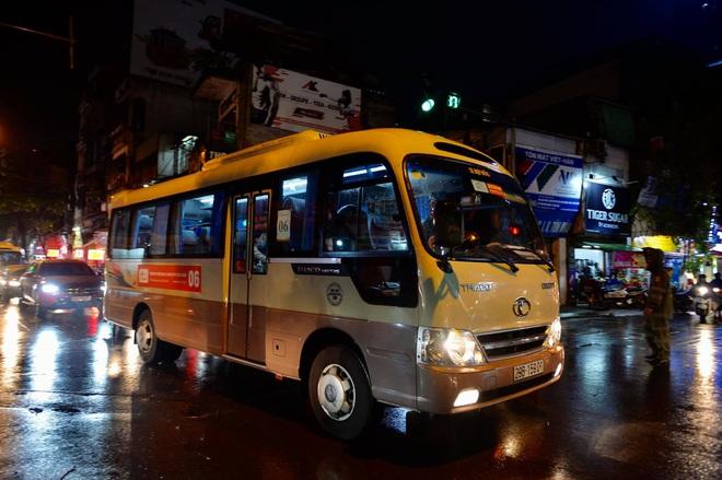 Hà Nội ngày ùn tắc kinh hoàng: Tan học từ 17h nhưng tới 20h vẫn còn rất nhiều xe chở học sinh di chuyển - Ảnh 2.