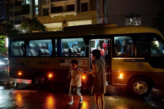 Hà Nội ngày ùn tắc kinh hoàng: Tan học từ 17h nhưng tới 20h vẫn còn rất nhiều xe chở học sinh di chuyển - Ảnh 3.