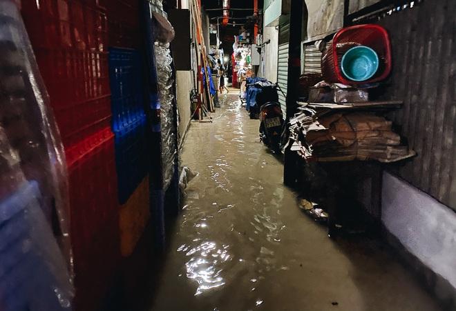 """TP.HCM: Chợ Thủ Đức ngập nặng từ trong ra ngoài do mưa lớn, nhiều tiểu thương """"khóc ròng"""" - Ảnh 6."""
