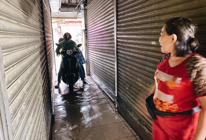 """TP.HCM: Chợ Thủ Đức ngập nặng từ trong ra ngoài do mưa lớn, nhiều tiểu thương """"khóc ròng"""" - Ảnh 13."""