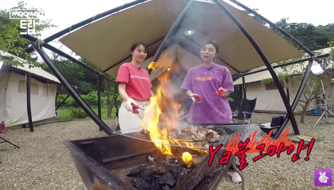 Thương cho MAMAMOO: Tính trổ tài nấu ăn nhưng lại suýt biến bữa BBQ thành tiệc nướng bóng đêm khét lẹt - Ảnh 9.