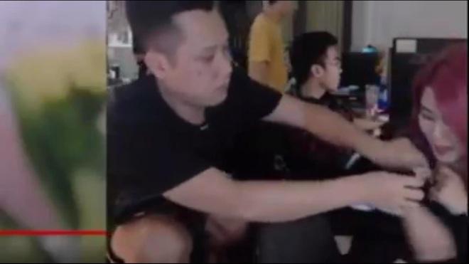 Thầy giáo Ba có hành động nhạy cảm ngay trên sóng với nữ streamer Tianie, cư dân mạng chỉ trích dữ dội - Ảnh 2.
