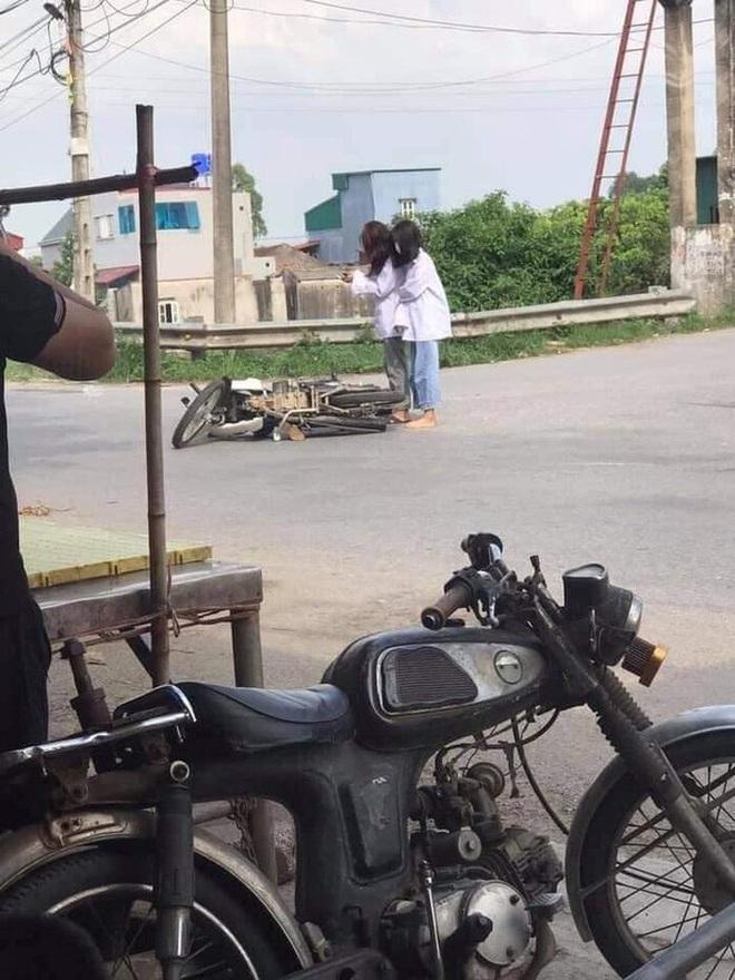 Đang đi học thì xe máy lăn ra đổ giữa đường, 2 nữ sinh lôi điện thoại làm hành động khó hiểu thu hút gần 20.000 lượt like - Ảnh 1.
