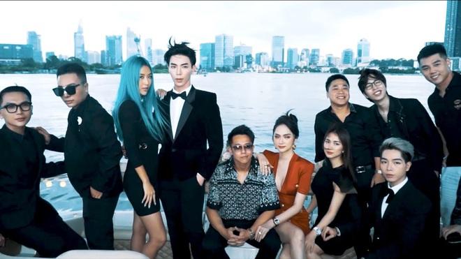 Clip toàn cảnh tiệc du thuyền Hương Giang - Matt Liu và hội bạn thân, hé lộ cảnh khóa môi full không che với bạn trai CEO - Ảnh 5.