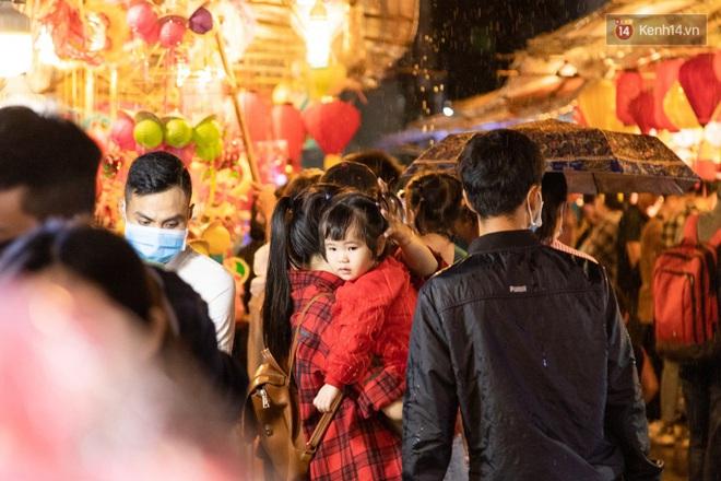 Ảnh: Người lớn đổ bộ đu đưa ở phố lồng đèn Sài Gòn, tìm đỏ con mắt chẳng thấy các bé thiếu nhi đâu? - Ảnh 13.