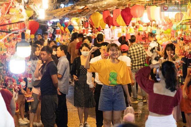 Ảnh: Người lớn đổ bộ đu đưa ở phố lồng đèn Sài Gòn, tìm đỏ con mắt chẳng thấy các bé thiếu nhi đâu? - Ảnh 9.