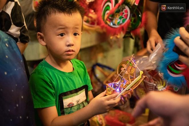 Ảnh: Người lớn đổ bộ đu đưa ở phố lồng đèn Sài Gòn, tìm đỏ con mắt chẳng thấy các bé thiếu nhi đâu? - Ảnh 14.