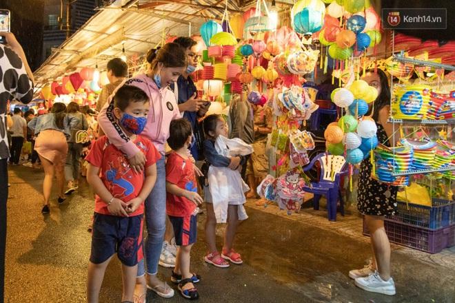 Ảnh: Người lớn đổ bộ đu đưa ở phố lồng đèn Sài Gòn, tìm đỏ con mắt chẳng thấy các bé thiếu nhi đâu? - Ảnh 10.