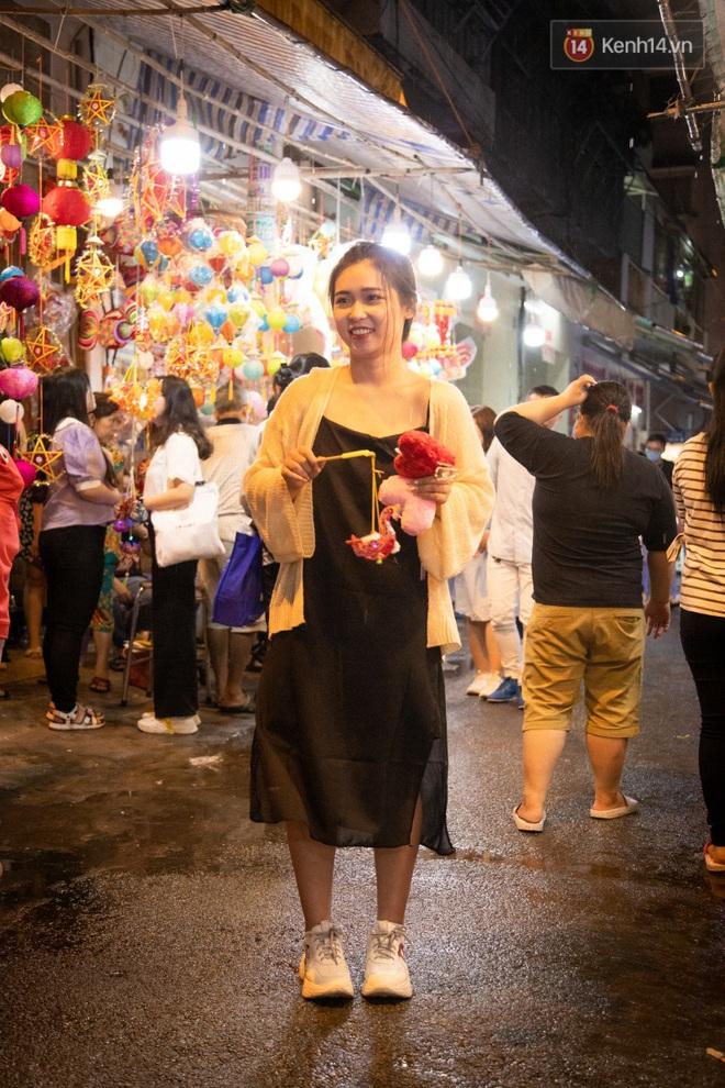 Ảnh: Người lớn đổ bộ đu đưa ở phố lồng đèn Sài Gòn, tìm đỏ con mắt chẳng thấy các bé thiếu nhi đâu? - Ảnh 11.