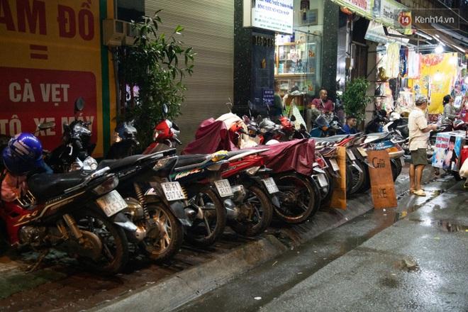 Ảnh: Người lớn đổ bộ đu đưa ở phố lồng đèn Sài Gòn, tìm đỏ con mắt chẳng thấy các bé thiếu nhi đâu? - Ảnh 3.
