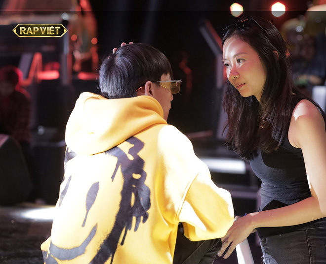 Suboi giản dị, nhí nhố trên sàn tập vòng Đối đầu cùng cả team Rap Việt - Ảnh 1.