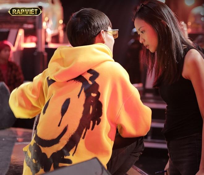 Suboi giản dị, nhí nhố trên sàn tập vòng Đối đầu cùng cả team Rap Việt - Ảnh 2.