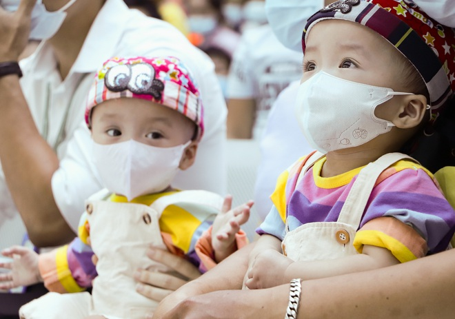 Bố mẹ Trúc Nhi - Diệu Nhi xúc động đón Trung thu đầu tiên với 2 con, tuần sau 2 bé xuất viện về nhà - Ảnh 6.