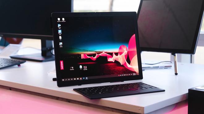 Mãn nhãn với mẫu laptop màn hình gập đầu tiên trên thế giới - Ảnh 2.