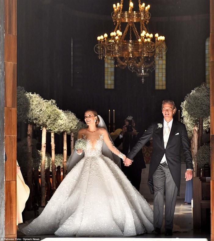 Công chúa của đế chế pha lê Swarovski rạng rỡ với chiếc váy cưới hơn 20 tỷ, đính 500.000 viên pha lê và nặng 46kg - Ảnh 1.