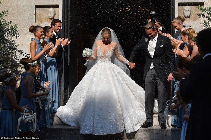 Công chúa của đế chế pha lê Swarovski rạng rỡ với chiếc váy cưới hơn 20 tỷ, đính 500.000 viên pha lê và nặng 46kg - Ảnh 2.