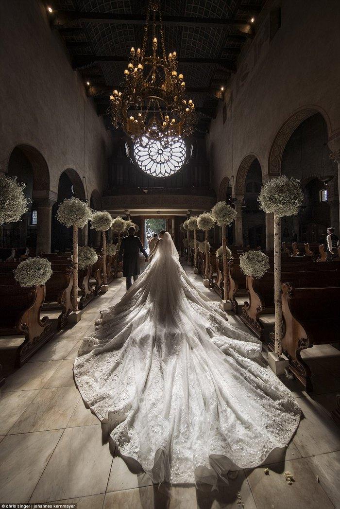 Công chúa của đế chế pha lê Swarovski rạng rỡ với chiếc váy cưới hơn 20 tỷ, đính 500.000 viên pha lê và nặng 46kg - Ảnh 3.
