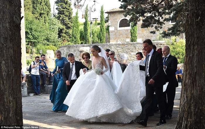 Công chúa của đế chế pha lê Swarovski rạng rỡ với chiếc váy cưới hơn 20 tỷ, đính 500.000 viên pha lê và nặng 46kg - Ảnh 17.