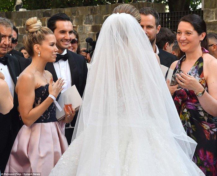Công chúa của đế chế pha lê Swarovski rạng rỡ với chiếc váy cưới hơn 20 tỷ, đính 500.000 viên pha lê và nặng 46kg - Ảnh 15.