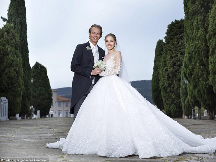Công chúa của đế chế pha lê Swarovski rạng rỡ với chiếc váy cưới hơn 20 tỷ, đính 500.000 viên pha lê và nặng 46kg - Ảnh 6.