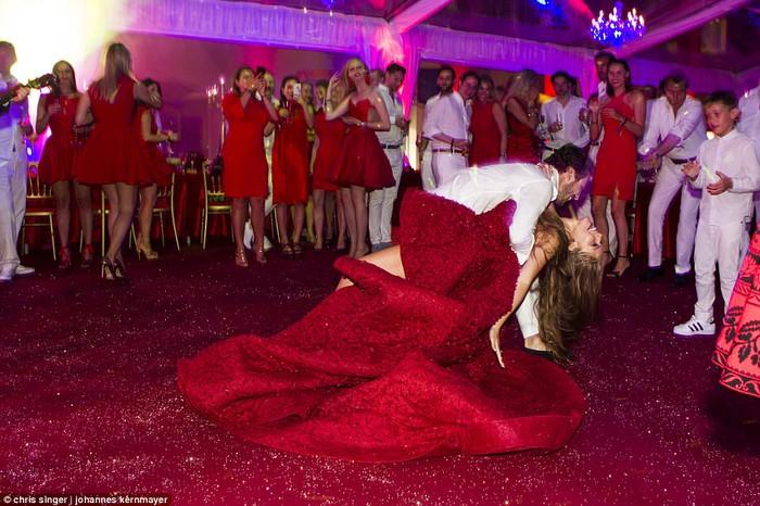 Công chúa của đế chế pha lê Swarovski rạng rỡ với chiếc váy cưới hơn 20 tỷ, đính 500.000 viên pha lê và nặng 46kg - Ảnh 7.
