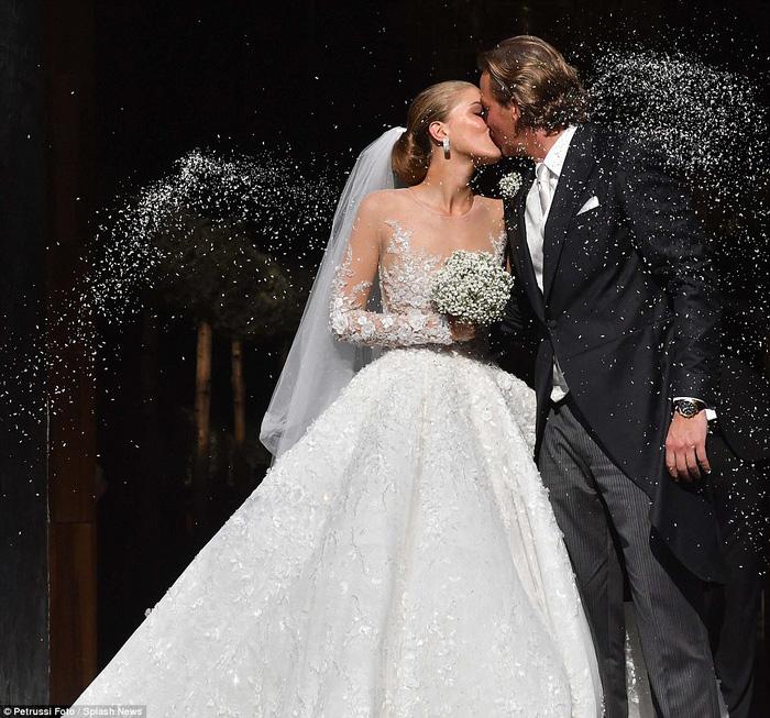 Công chúa của đế chế pha lê Swarovski rạng rỡ với chiếc váy cưới hơn 20 tỷ, đính 500.000 viên pha lê và nặng 46kg - Ảnh 4.