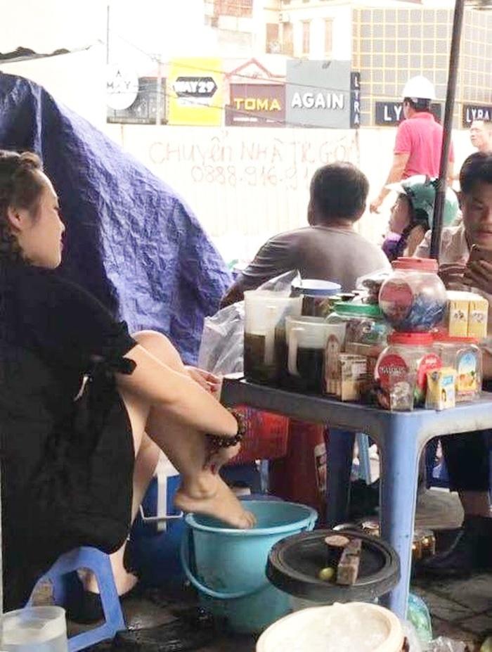 """- photo 1 1499875502119 1499879890404 1499935644517 - Quán trà vỉa hè bị dẹp sau khi nhân viên salon tóc dàn dựng clip """"lấy nước rửa chân để pha trà cho khách"""""""