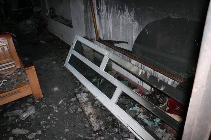 Vụ cháy khiến 4 người trong gia đình tử vong: Người dân tuyệt vọng vì nghe tiếng kêu cứu nhưng phá cửa bất thành - Ảnh 6.