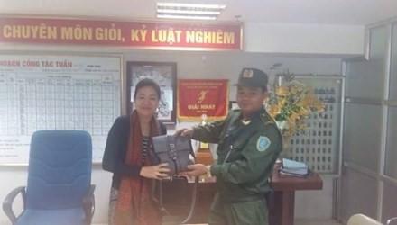 Đại diện Đội an ninh cơ động sân bay Nội Bài đã tận tay trao lại tài sản bỏ quên cho chị Yến.