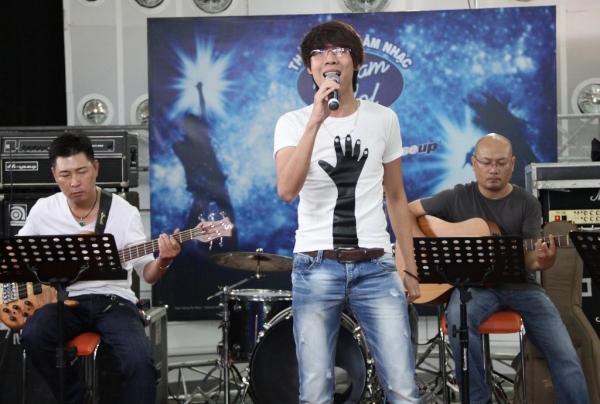 thi-sinh-nam-vietnam-idol-tap-luyen-truoc-gio-g