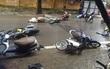 Ảnh hưởng của bão số 1: Gió tạt quá mạnh khiến hàng loạt xe máy đổ ngổn ngang trên đường