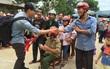 """MC Phan Anh trao những phần quà cứu trợ đầu tiên: """"Mọi người thương con thì xếp hàng ngay ngắn vào ạ"""""""