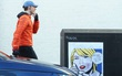 """Khoảnh khắc thú vị khi Tom băng ngang qua bức vẽ biếm họa về việc bị Taylor Swift """"đá""""!"""