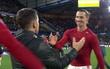 """Cảnh Ibra, Martial """"tay bắt mặt mừng"""" với cầu thủ Chelsea sau trận thua nhục nhã khiến Giggs điên tiết"""
