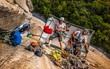 Ngủ trong lều cheo leo nơi vách núi cao hơn 1000m - thú vui mới của những tay leo núi mạo hiểm