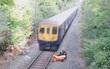Nhân viên đường sắt dũng cảm lao mình cứu người khi đoàn tàu ầm ầm đi tới