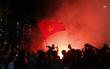 Người hâm mộ đổ ra đường, đốt pháo sáng ăn mừng chiến thắng của ĐT Việt Nam