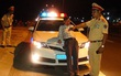 Tài xế say rượu cố thủ trong xe, chửi bới CSGT