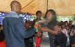Thật kinh dị nhưng người dân Nam Phi xịt thuốc diệt côn trùng thẳng vào mặt để... chữa bệnh