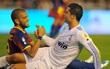 Dani Alves tố Barca vô ơn, giảng hòa với Ronaldo