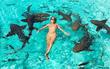 """Mặc bikini tạo dáng cùng bầy cá mập, """"ngôi sao du lịch"""" xinh đẹp nhận về cái kết đắng"""