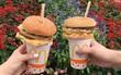 """Gắn bánh hamburger lên nắp cốc nước ngọt, việc ít ai ngờ lại gây """"bão"""" cộng đồng mạng ở Nhật Bản"""