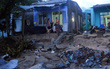 """Nhiều người dân Đà Nẵng sống thấp thỏm trong những ngôi nhà bị sóng biển """"ăn"""" đến tận vách"""