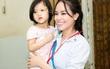 Hoa hậu điện ảnh Sella Trương giản dị chăm chút các em bé mồ côi
